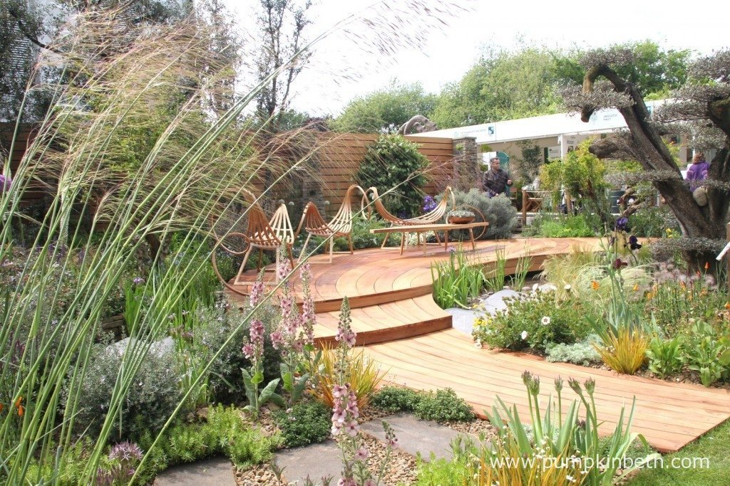 The Royal Bank of Canada Garden was designed by Matthew Wilson and built by Clifton Nurseries Ltd. The sculptural, curving, twisting seating was hand made by Tom Raffield from steam bent ash in Cornwall.